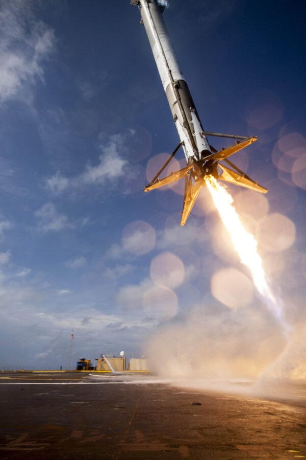 První stupeň těsně před neúspěšným přistáním při misi CRS SpX-6
