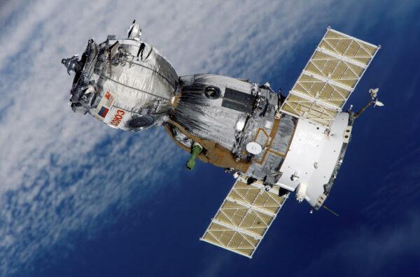 Loď Sojuz se skládá ze tří součástí: orbitálního modulu, který je kulovým elementem na jednom konci, servisního modulu, který je s většinou motorů na druhém konci a návratového modulu ve tvaru zvonu uprostřed.