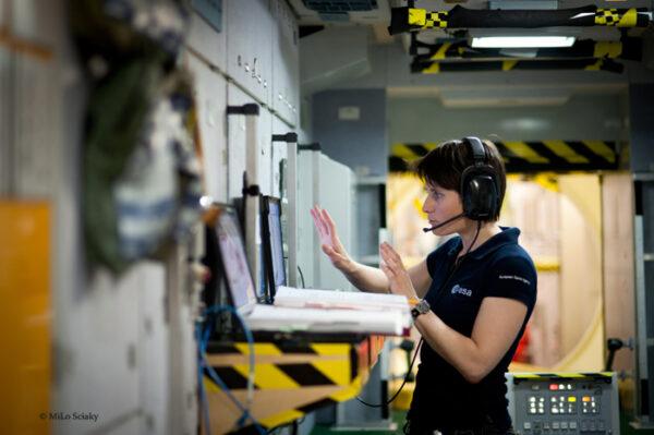 Toto je místo v servisním modulu Zarja, na kterém pracuje počítačový operátor. V servisním modulu máme vytištěné brožury s nouzovými postupy, řídící počítače, panel výstrahy a varování, a množství audio terminálů.