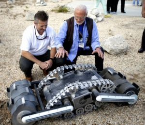 Rover RASSOR, Rob Mueller - senior technologist a astronaut Buzz Aldrin Credits: NASA/Ben Smegelsky