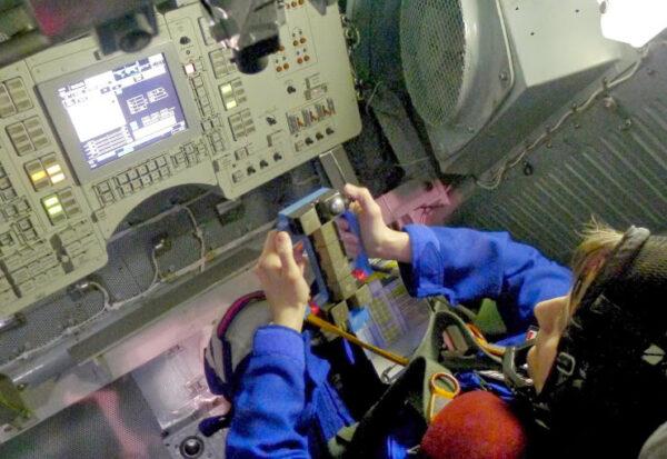 K manuálnímu ovládání sestupu Sojuzu nám stačí mačkat pouze dvě tlačítka.