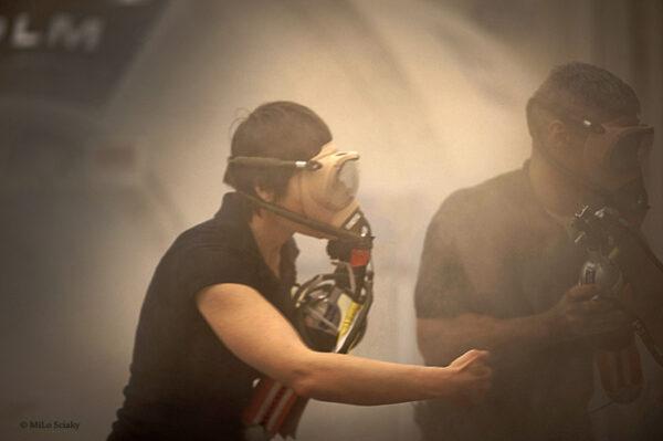 Pokud vypnutí proudu nezastaví požár, musíme použít hasicí přístroj, což znamená uvolnění obrovského množství oxidu uhličitého do atmosféry stanice. Z tohoto důvodu musíme vyměnit požární respirátory za kyslíkové masky.