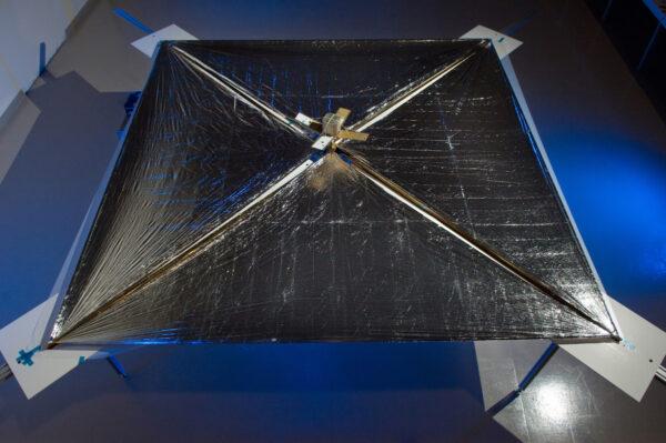 LightSail s rozevřenou solární plachtou