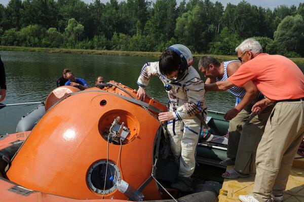 Nastupování do návratového modulu Sojuzu.