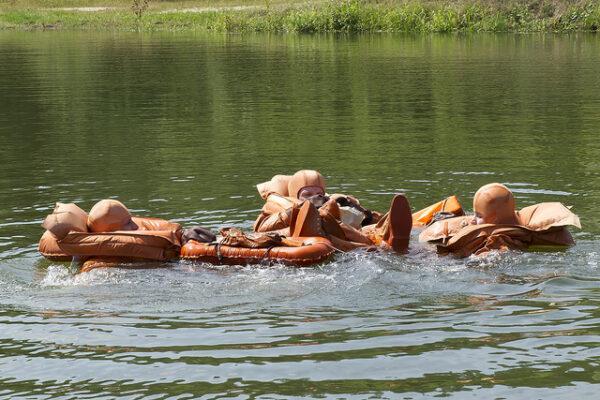Po hodině a půl v horkém návratovém modulu jsme všichni ve svěží vodě. V hvězdicové formaci navzájem propleteme nohy a zůstaneme tak spolu.