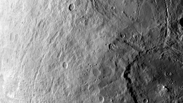 Jižní polokoule Cerery z výšky 4400 kilometrů - foceno 6. června