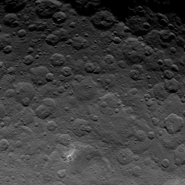 Povrch Ceres je pokrytý mnoha krátery