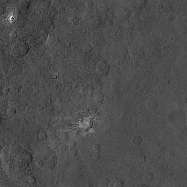 Snímek z výšky 4400 ukazuje kráter se světlými místy