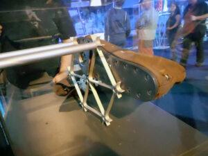 """Obuv jednoho z členů posádek americké orbitální stanice Skylab. Trojúhelníkový """"upínací"""" přípravek zapadá do mřížky podlahy."""