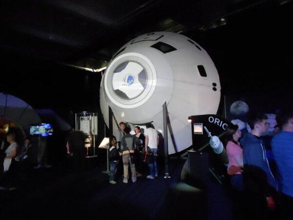 Velikost lodi Orion vynikne až při srovnání s lidskou postavou