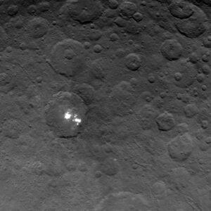 Nejznámější útvar na Ceres - bílé skrvny, jejichž původ stále není jednoznačně vysvětlený. Focena z výšky 4400 km.