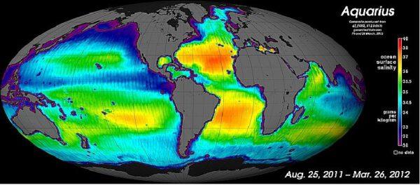 Mapa globální salinity mezi 25. srpnem 2011 a 26. březnem 2012.  Stupnice napravo ukazuje koncentrace soli v gramech na kilogram vody