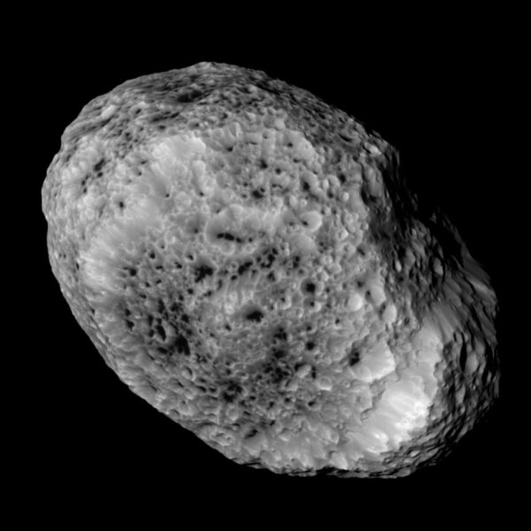 Saturnův měsíc Hyperion vyfocený sondou Cassini 31. května 2015