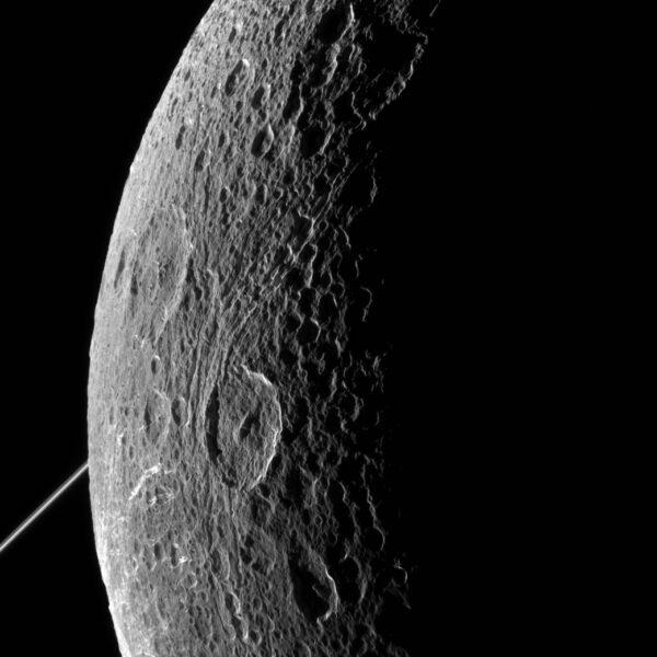 Snímek byl pořízen ve viditelném světle pomocí kamery NAC ve vzdálenosti 77 000 km od povrchu Dione 16.června. Rozlišení snímku je 463 m/pixel. Úhel mezi Sluncem, měsícem Dione a Cassini byl v době focení 128°. Sever měsíce je na fotce je nahoře, zhruba 44° vlevo.
