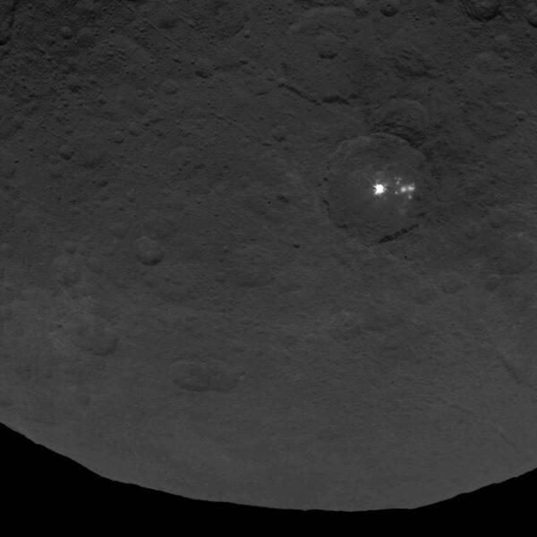 Opět jasná skvrna - foceno z výšky 4400 km s rozlišením 410 m/pixel.