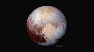 """Pluto ve falešných barvách, které ukazují výsledky spektrometrů - všimněte si odlišené barvy levé a pravé části """"srdce"""""""