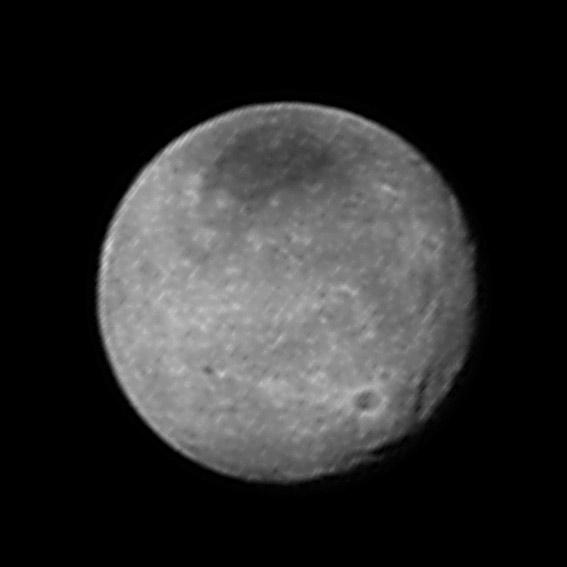 Charon vyfocený 12. července ze vzdálenosti 2,5 milionu kilometrů