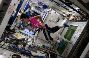 Přestože astronauti na ISS cvičí dvě hodiny denně, pro jejich těla je návrat velice náročný a bolestivý.