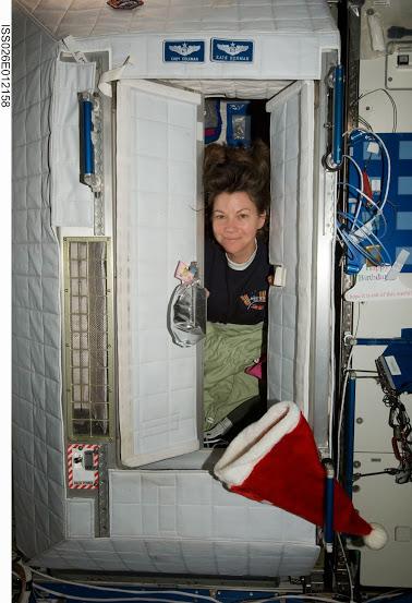 Na fotografii vidíte mou dobrou kamarádku Cady Coleman vykukující ze své kóje na ISS.