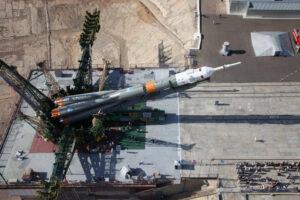 Vztyčování rakety Sojuz na startovní rampě