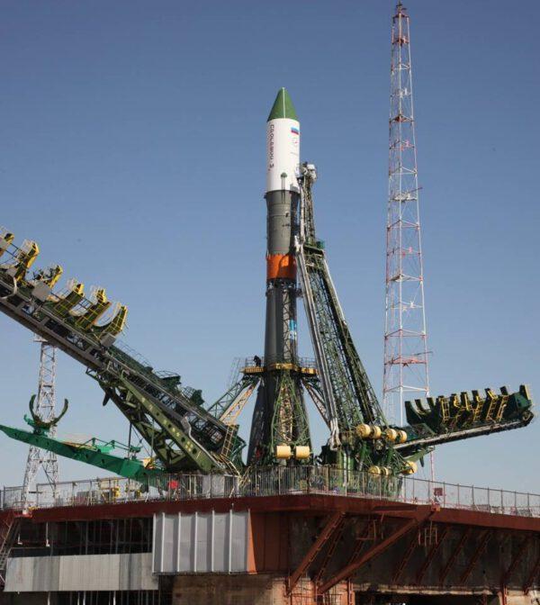 Raketa Sojuz-U s lodí Progress M-28 na startovní rampě.