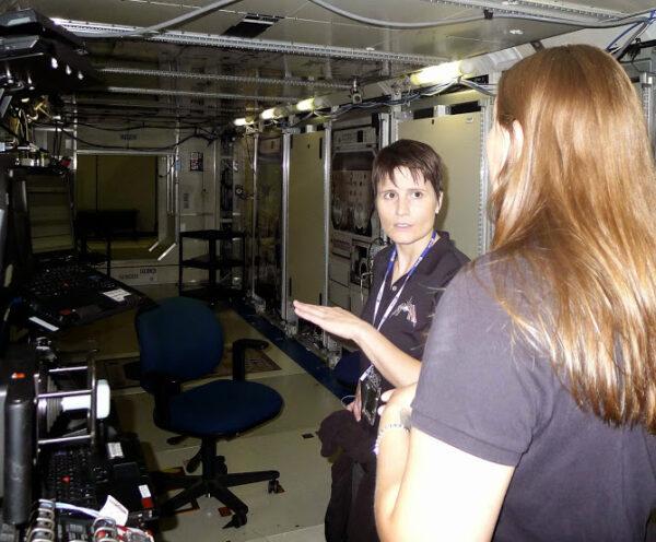 Zařízení, které vidíte na této fotografii je simulátor americké laboratoře Destiny. Fyzicky to není příliš přesný model (existují mnohem přesnější makety), ale je tak promyšlený, že funguje úplně stejně jako modul na ISS.
