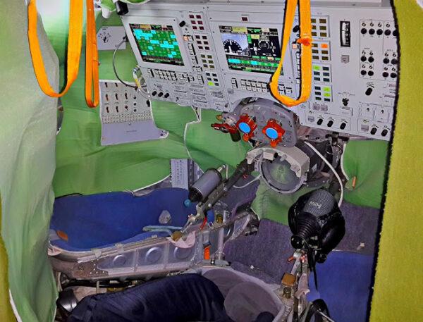Simulátoru, který používáme k nácvikům manuálního řízení Sojuzu.