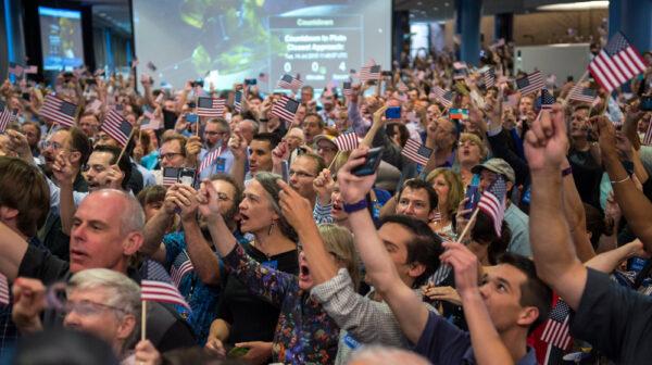 Hosté a členové týmu New Horizons čekají na nejbližší průlet sondy New Horizons kolem Pluta. Snímek byl pořízen na Johns Hopkins University Applied Physics Laboratory (APL) ve městě Laurel, stát Maryland.