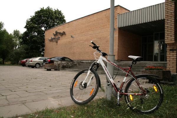 Mé kolo zaparkované u vchodu do Profilaktoria ve Hvězdném městečku.