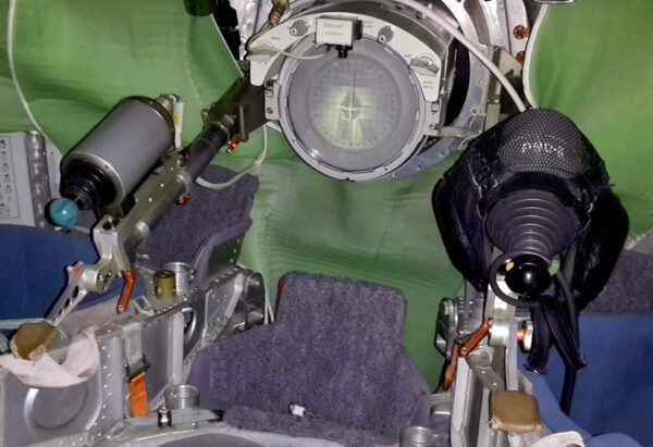 Pohled do periskopu připojeného Sojuzu.