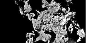 Jeden ze záběru Philae na svoji přistávací nohu po přistání na kometě