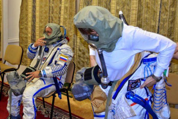 Oblékání skafandru Sokol s nasazenou plynovou maskou. Simulujeme kontaminovanou atmosféru a evakuaci ISS kvůli probíhajícímu požáru.