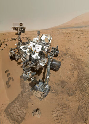 """""""Selfie"""" vozítka Curiosity složená ze snímků kamery MAHLI na konci ramene"""