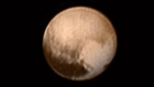 Nejnovější snímek ze sondy New Horizons. Složenina z kamery LORRI a barevného snímače Ralph s nižším rozlišením. Vyfoceno 7. července ze vzdálenosti 8 milionů kilometrů.