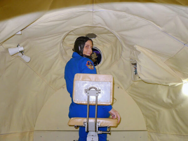 Měření vzdálenosti z okénka orbitálního modulu.