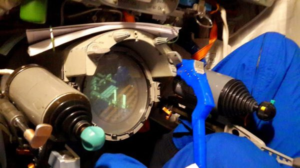 Ovládací prvky pro manuální řízení Sojuzu a pohled v periskopu na ISS ze vzdálenosti 200 - 250 metrů.
