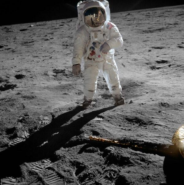 Neil Armstrong fotí Buzze Aldrina během procházky po povrchu Měsíce.
