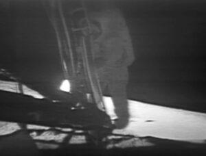 Neil Armstrong sestupuje ze žebříku a za chvíli se zapíše do historie