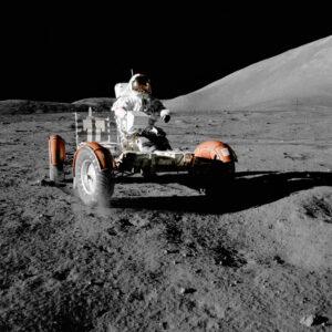 Eugene Cernan (Apollo 17) v lunárním roveru