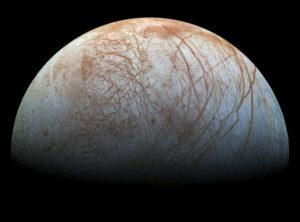 Jupiterův měsíc Europa - červené pruhy jsou tu jasně vidět.