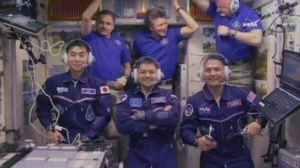Kompletní posádka na stanici