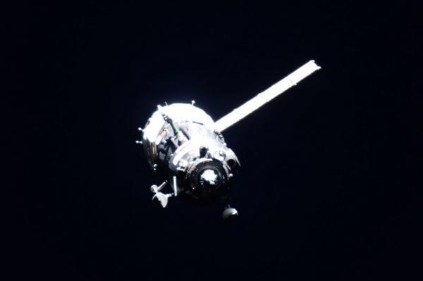 Sojuz TMA-17M přilétá ke stanici. Je vidět jeden nevyklopený panel