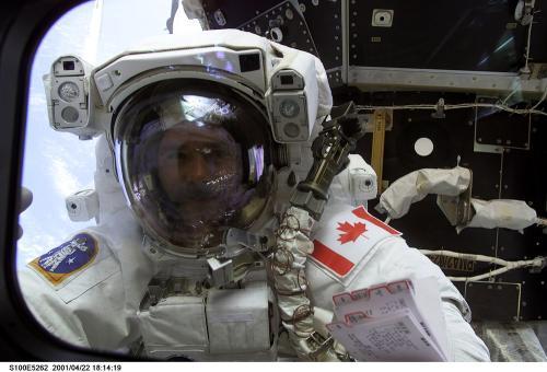 Christopher Hadfield v rámci mise STS-100