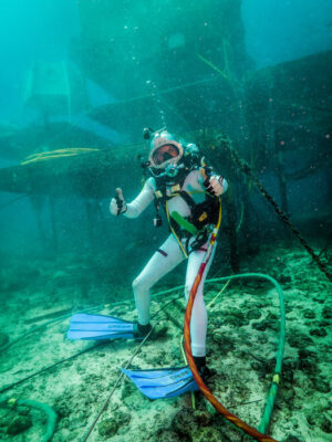 Aquanaut během výstupu na mořské dno.