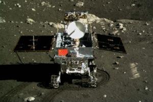 Čínský lunární rover Yutu vyfocený z přistávací plošiny