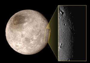 Měsíc Charon ve výřezu ze vzdálenosti 79 000 km