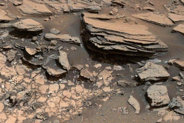 Curiosity: dva různé typy hornin. NASA/JPL-Caltech/MSSS
