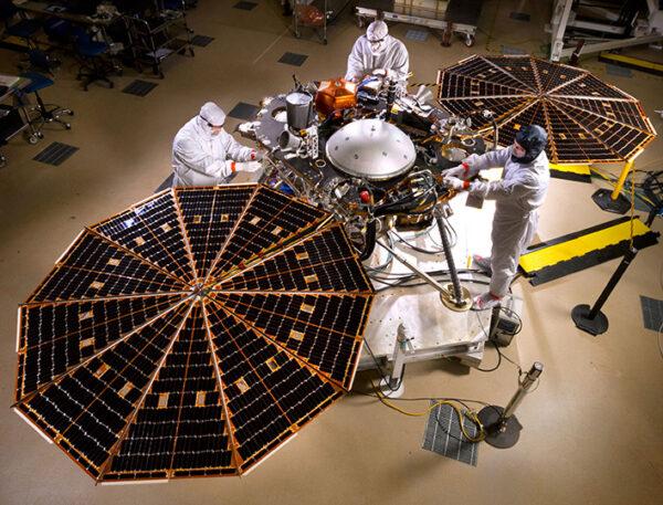 Test solárních panelů sondy InSight v clean roomu společnosti Lockheed Martin zdroj: nasa.gov