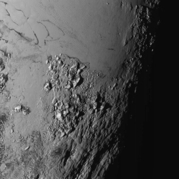 Snímek z kamery LORRI pořízený ze vzdálenosti cca. 100 000 kilometrů.