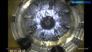 Pohled do kyslíkové nádrže horního stupně rakety Falcon - u stěn vidíme černé lahve s heliem. Šipky míří ke vzpěrám, které drží nádoby na místě.